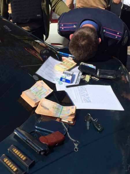 По подозрению во взяточничестве в смоленской области задержаны следователь и адвокат