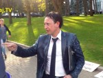 Министра финансов Молдовы окатили молоком (видео)