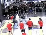 Видеошок: магазин Apple ограбили дважды за 25 секунд (видео)
